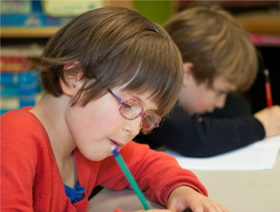 Un enfant écrit en CP