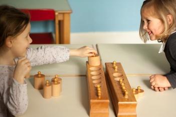 Enfants avec les cylindres
