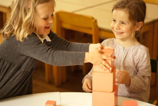 Lors du travail personnalisé, la maîtresse veille à ce que chaque enfant aborde des activités variées en toute autonomie.
